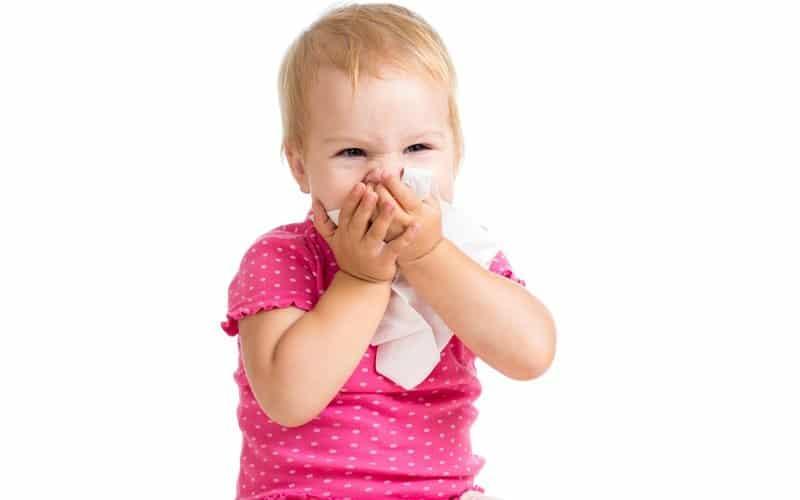 Почему у ребенка появляются белые и густые сопли