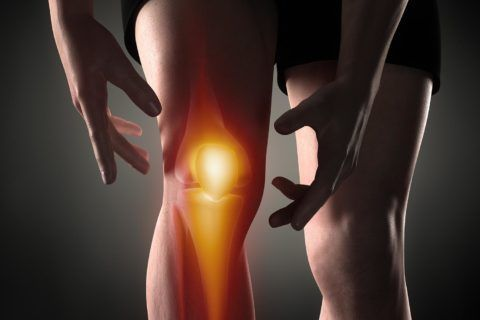 Боль в коленном суставе может быть вызвана множеством причин