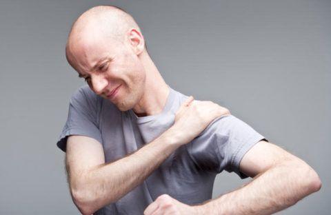 Боль в суставе – один из основных симптомов остеоартроза плеча.