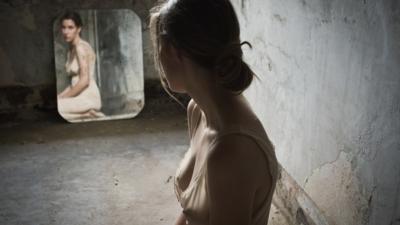 Зачем завешивают зеркала и когда после похорон можно открывать их?