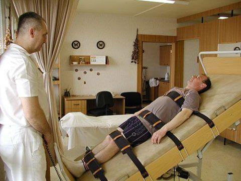 Чтобы не навредить больному, процедуру кинезотерапии контролирует квалифицированный специалист.