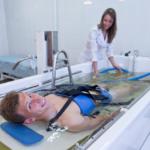 Для проведения водного вытяжения понадобиться емкость с водой для погружения тела пациента.