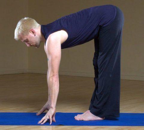 Фиксация на несколько секунд при осуществлении наклона вперёд. При сложности в выполнении упражнения можно поддерживать корпус.