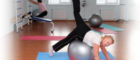Фитбол, как снаряд для выполнения упражнений ЛФК при гонартрозе коленей.