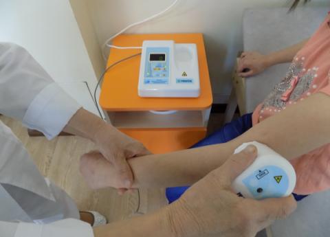 Физиотерапия часто служит эффективным вспомогательным методом для лечения больных суставных соединений.