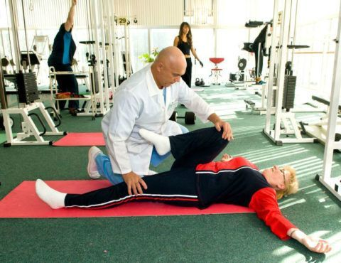 Индивидуальное проведение тренировки по восстановлению коленного сустава после получения травмы пациентке средних лет.