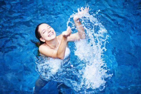 Используя народные средства при шейном остеохондрозе, не следует забывать о пользе воды