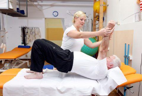 Комплекс лечебной физкультуры после хирургического вмешательства на позвоночнике разрабатывает реабилитолог, первые упражнения выполняются под строгим контролем специалиста.