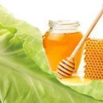 Компресс капустного листа с медом поможет убрать отеки и боль сочленений.