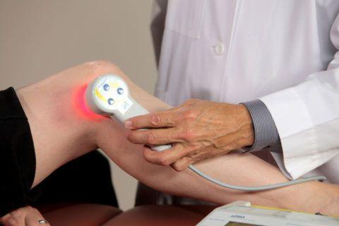 Лазеротерапию для лечения суставов применяют не так давно, но метод уже успел себя зарекомендовать с положительной стороны.