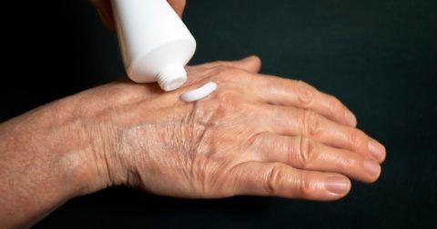 Лечебные крема для суставов помогут облегчить состояние больного.