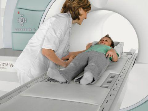 Маленьким детям МРТ проводится только по строгим показаниям (может потребоваться внутривенный наркоз)