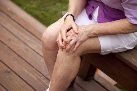 Многие лечат артроз коленей при помощи народных рецептов.