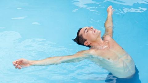 Одна из самых эффективных форм ЛФК при дорсопатиях – это плаванье