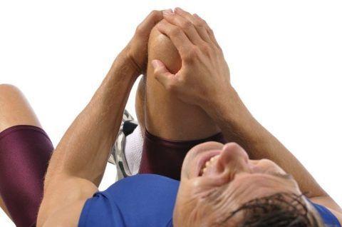 Основным симптомом заболевания является боль. Неприятные ощущения сменяются болезненными при возникновении сильного воспалительного процесса.