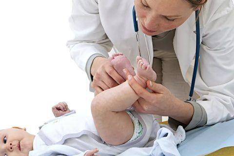 Плановый осмотр узким специалистом ортопедом ребёнка трёх месяцев.