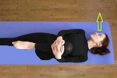 Подтягивание колена к животу