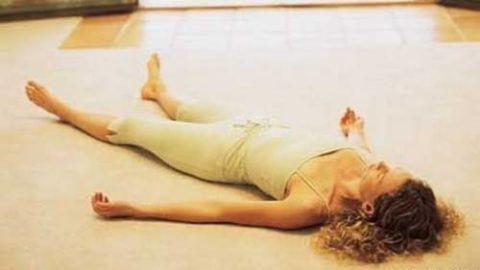 Полежите в таком положении 1-2 минуты, полностью расслабив все мышцы