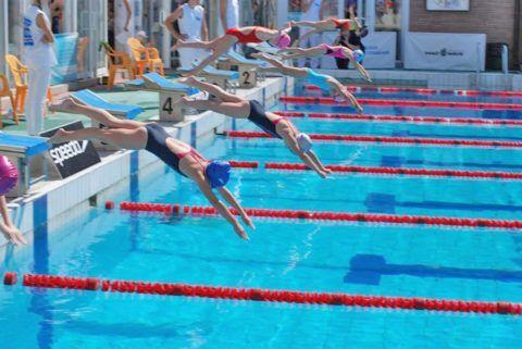 Посещать бассейн можно и нужно, но следует помнить, в том числе и профессиональным пловцам, – стартовать с тумбочки или «спиной из воды», тем более прыгать с вышки, категорически запрещено
