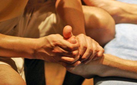После лёгкой травмы курс лечебного массажа назначают спустя 3-4 дня после неё