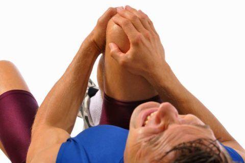 После травм нижних конечностей людей часто беспокоят недуги, связанные с заболеваниями суставов коленей.
