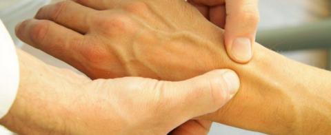 При хронических тендовагинитах нужно проходить 3-4 курса массажа (по 10-12 сеансов)