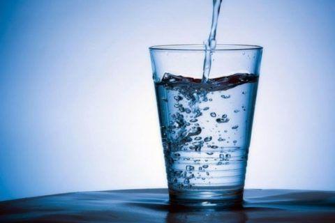 При лечении грыжи важно довести потребление чистой воды до 1,5-2 л в сутки