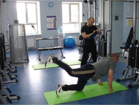 При осуществлении реабилитации в центре Валентина Дикуля, с каждым пациентом проводит тренировки специально обученный инструктор.