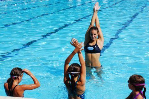 При сколиозе рекомендуется плавать в бассейне, используя технику кроля или браса