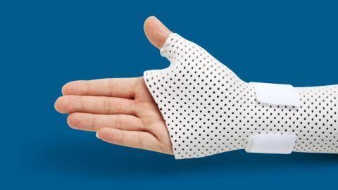 При средних и тяжелых степенях остеопороза сочленений нередко показана их иммобилизация.