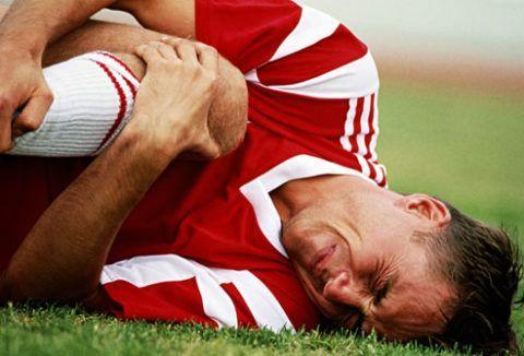 При травмах пострадавший нередко испытывает боль и жжение в сочленении.