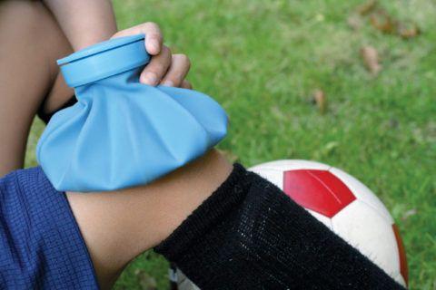 При травме колена, как можно скорее приложите к нему что-нибудь холодное!