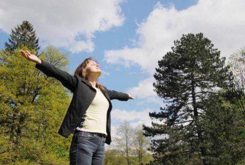 Прогулки на свежем воздухе стимулируют выработку витамина Д и нормализации обменных процессов в организме.