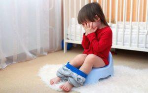 Малыш может долгое время скрывать проблему от родителей, боясь признаться в дискомфорте
