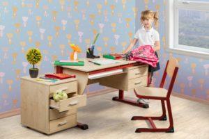 Ребенок садится за компьютерный стол