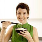 Рис делят на 2 порции. Первую - обязательно едят утром натощак, вторую – в течение дня