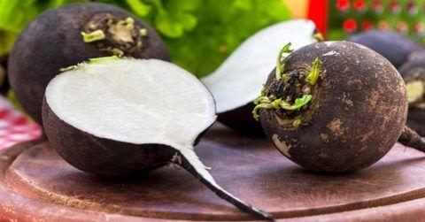 Сок черной редьки используют при наличии соли в сочленениях.