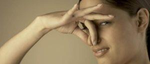Запах из влагалища является уникальным для каждой представительницы прекрасного пола. Его характер, выраженность, дополнительные симптомы могут рассказать о том, развиваются ли в организме какие-либо патологии или заболевания. В любом случаетолько гинекологический осмотр позволит определить точную причину. После чего врач будет решать, стоит ли проводить лечение или же это временное состояние, которое пройдет самостоятельно. Каким должен быть запах у здоровой женщины В норме запах из влагалища уникальный для каждой представительницы прекрасного пола. Но он не должен быть выраженным, с посторонними примесями. Не всегда неприятный аромат из области наружных гениталий у представительниц женского пола свидетельствует о возможном развитии какой-либо патологии или заболевания. Такой симптом во многом зависит от конкретного времени менструального цикла, от других факторов, чаще всего экзогенных. Даже стресс может повлиять на изменение данного состояния. Поэтому следует обязательно проходить профилактические осмотры у гинеколога, который исключит либо подтвердит какую-либо патологию. Влагалищный запах может менять свои характеристики на протяжении всего менструального цикла. Также нередко такие изменения преобладают при развитии нарушений в гормональной среде. Причинами может стать развитие дрожжевой инфекции, венерических заболеваний, трихомониаза, вагиноза. Обычно если меняется запах, то меняется и характер выделений. В некоторых случаях запах без выделений у женщин является нормой, если отсутствуют какие-либо дополнительные симптомы. Выделения могут быть прозрачные, молочно-белые (в период между критическими днями). Когда начинаются критические дни, происходит естественное очищение влагалища с помощью выделений. Количество нормальных выделений увеличивается при наличии сексуального возбуждения, при грудном вскармливании и в период, когда наступает созревание фолликулов в яичниках (овуляция). Этим можно объяснить неприятный запах после полового акта. Тело женщины обладает