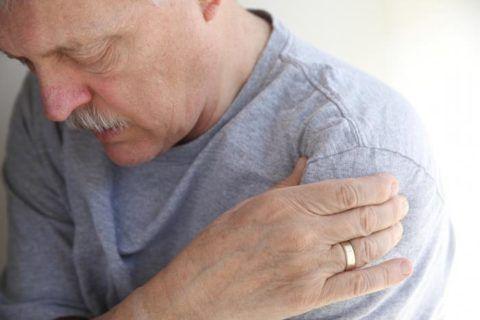 У пожилых пациентов проявление бурсита начинается с боли и скованности движения.