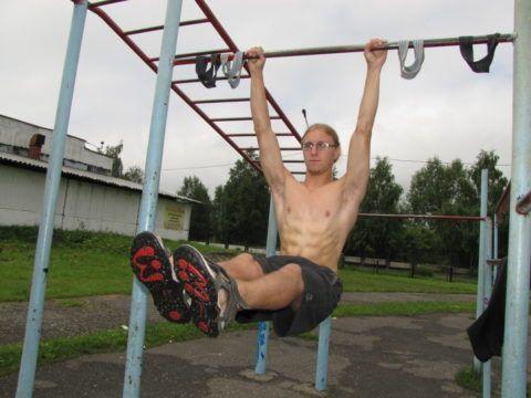 Укрепление спины на спортивной площадке.