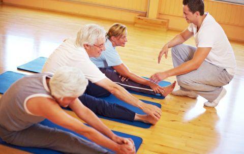 Упражнения выполняют медленно, не перегружая больные суставы