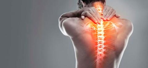 В большинстве случаев боль в спине на уровне груди – симптом остеохондроза