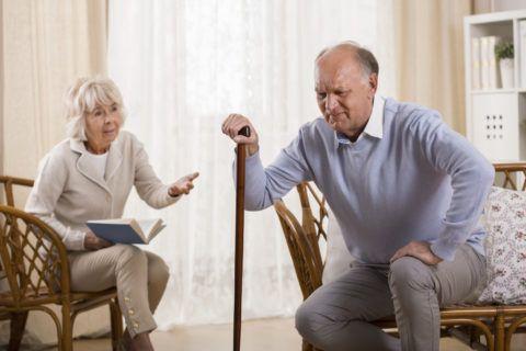 В группу риска по заболеваниям суставов, в том числе и коленей, входят пожилые и старые люди.
