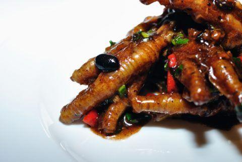 В Китае уже давно считаются куриные ножки полезным продуктом и из них готовят ряд блюд высокой кухни (как на фото).