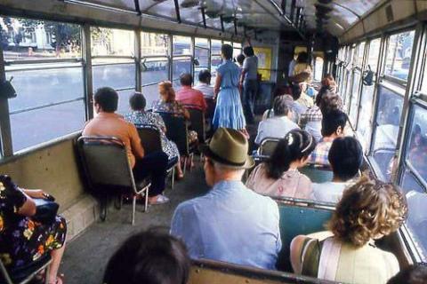В общественном транспорте лучше не сидеть, а стоять