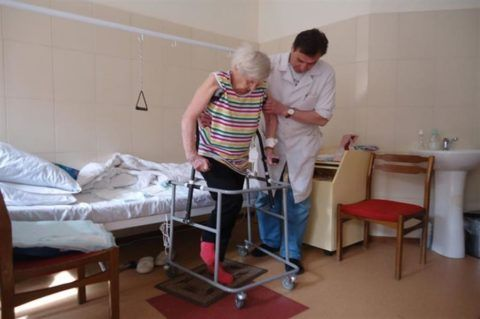 В реабилитационный период после замены сустава больному понадобится помощь родственников или медперсонала.