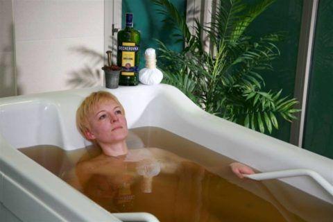 Ванны с травами оказывают успокаивающее действие на связки и мышцы, убирают «щелканье» суставов.
