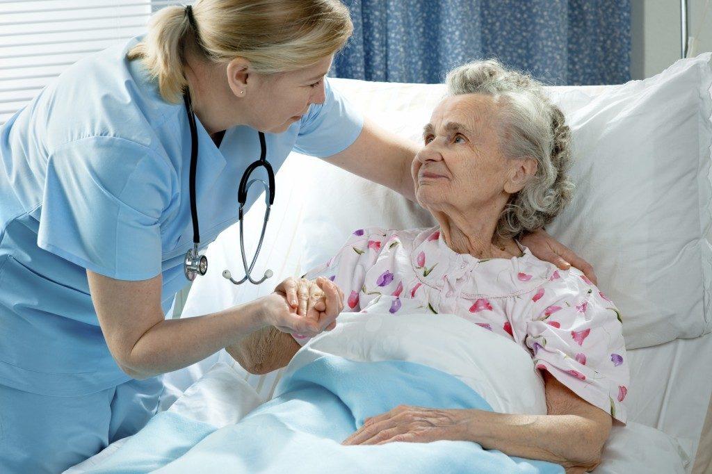 Парализованные больные, которые не способны контролировать свой стул