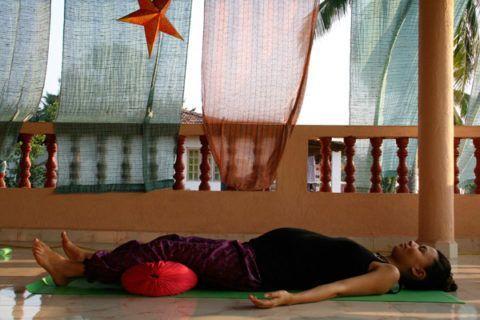 Заканчивайте комплекс упражнений 3-5 минутной релаксационной позой Трупа, не забыв подложить под колени, поясницу и шею, валики или небольшие подушки